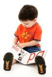 Addorable Kleinkind-Jungen-Lesealphabet-Buch stockbilder