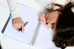Addormentato caduto studente stanco alla tavola Fotografie Stock
