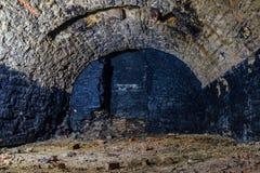 Adega arcado subterrânea escura velha vazia abandonada fotos de stock royalty free