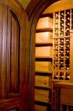Adega de mogno da porta e de vinho Fotografia de Stock Royalty Free