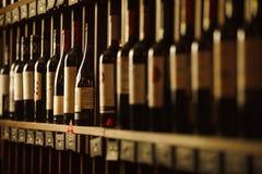 A adega de vinho com elite bebe em prateleiras com nomes escritos fotos de stock royalty free