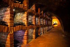 Adega de vinho com muitos tipos das garrafas Fotografia de Stock