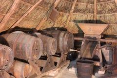 Adega velha em uma cabana thatched fotografia de stock