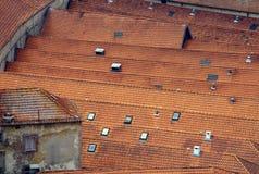 Adegas de vinho velhas das telhas de telhado em Porto foto de stock royalty free