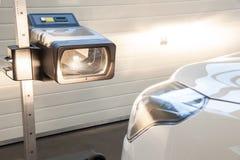 Adeguamento del faro in un'automobile da un servizio autorizzato Immagine Stock Libera da Diritti