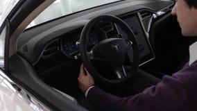 Adeguamento del volante sulla macchina di Tesla video d archivio