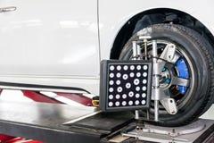 Adeguamento della sospensione e lavoro di allineamento di ruota dell'automobile Fotografia Stock