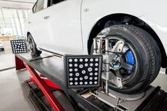 Adeguamento della sospensione e lavoro di allineamento di ruota dell'automobile Fotografie Stock