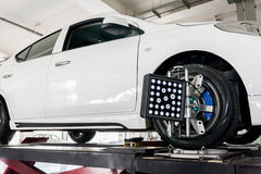 Adeguamento della sospensione e lavoro di allineamento di ruota dell'automobile Fotografie Stock Libere da Diritti