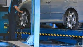 Adeguamento della sospensione ed allineamento di ruota dell'automobile Immagine Stock