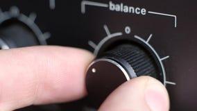 Adeguamento l'equilibrio del volume di vecchio amplificatore stock footage