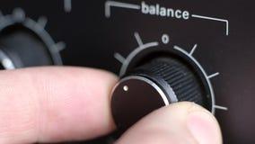 Adeguamento l'equilibrio del volume di vecchio amplificatore archivi video