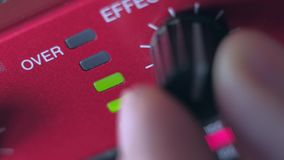 Adeguamento l'equilibrio del volume del dispositivo moderno del DJ archivi video