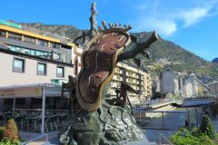 Adel av Tid av Salvador Dali och Granen Valira i Andorra la Vella, furstendöme av Andorra arkivfoto