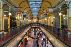 Adelaide Arcade con las decoraciones de la Navidad Foto de archivo libre de regalías
