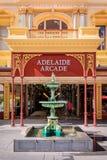 Adelaide Arcade-Gebäude und -brunnen Stockfotografie