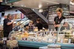 ADELAIDE, AUSTRALIA - 1 de septiembre de 2015 - gente que compra en el mercado fresco de la ciudad famosa Imagen de archivo libre de regalías