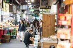 ADELAIDE, AUSTRALIEN - 1. September 2015 - Leute, die am berühmte Stadtfrischmarkt kaufen Lizenzfreie Stockfotos