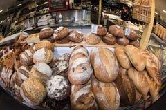 ADELAIDE, AUSTRALIEN - 1. September 2015 - Leute, die am berühmte Stadtfrischmarkt kaufen Lizenzfreies Stockbild