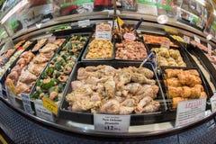 ADELAIDE, AUSTRALIEN - 1. September 2015 - Leute, die am berühmte Stadtfrischmarkt kaufen Stockfoto