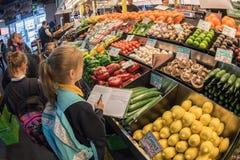 ADELAIDE, AUSTRALIEN - 1. September 2015 - Leute, die am berühmte Stadtfrischmarkt kaufen Stockbilder