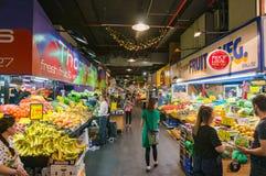 Adelaide Central Market mit Lebensmittelställen und Kunden Stockfotos