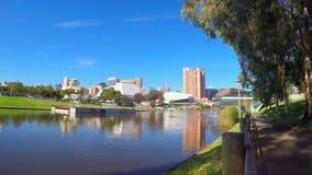 Adelaide City-Skyline über vom Torrens-Fluss Riverbank Lizenzfreies Stockfoto