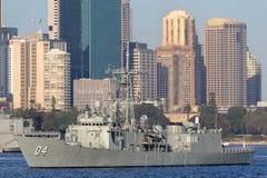 Adelaide-klasselenkwaffenfregatte HMAS Darwin FFG 04 der k?niglichen australischen Marine in Sydney Harbor stockbilder