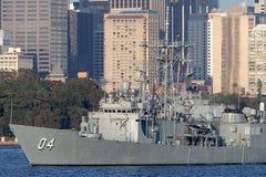 Adelaide-klasselenkwaffenfregatte HMAS Darwin FFG 04 der k?niglichen australischen Marine in Sydney Harbor stockfotografie
