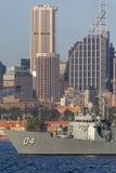 Adelaide-klasselenkwaffenfregatte HMAS Darwin FFG 04 der k?niglichen australischen Marine in Sydney Harbor lizenzfreies stockbild