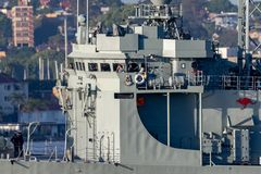 Adelaide-klasselenkwaffenfregatte HMAS Darwin FFG 04 der k?niglichen australischen Marine in Sydney Harbor stockbild