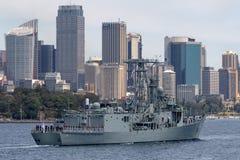 Adelaide-klasselenkwaffenfregatte HMAS Darwin FFG 04 der k?niglichen australischen Marine in Sydney Harbor lizenzfreie stockfotos
