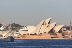 Adelaide-klasselenkwaffenfregatte HMAS Darwin FFG 04 der k?niglichen australischen Marine vor Sydney Opera House lizenzfreie stockbilder