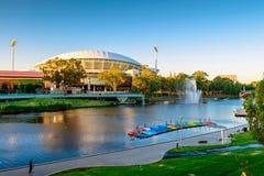 Adelaide Oval e ponte do pé de Torrens do rio Foto de Stock