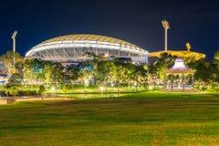 Adelaide-Oval mit Rundbau belichtet nachts Stockbilder