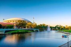 Adelaide Oval und Fluss-Torrens-Fuß-Brücke Stockfoto