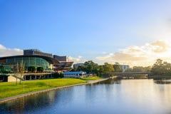 Adelaide Riverbank en la puesta del sol foto de archivo