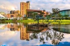 Adelaide-Stadtskyline angesehen über Torrens-Fluss Stockfotografie
