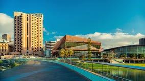 Adelaide-Stadtskyline angesehen über Torrens-Steg Lizenzfreie Stockfotos