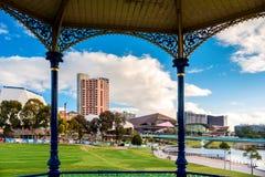 Adelaide-Stadtskyline angesehen durch Rundbau Lizenzfreie Stockfotografie