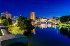 Adelaide-Stadtskyline an der Dämmerung Lizenzfreie Stockfotos