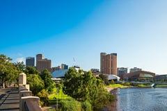 Adelaide-Stadtskyline mit Torrens-Fluss Stockfotos