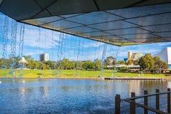Adelaide-Stadtzentrum angesehen von unterhalb der Fußbrücke Lizenzfreies Stockbild