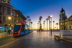 Adelaidemetro-Tram an Moseley-Quadrat, Glenelg Lizenzfreie Stockfotos