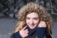 ¡Adelantado, déjenos que juegan en la nieve! Foto de archivo libre de regalías