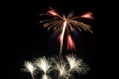 Adelante de los fuegos artificiales de julio Foto de archivo