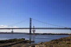 Adelante puente del camino de Queensferry del sur, Escocia Imagen de archivo libre de regalías