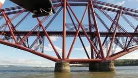 Adelante puente del carril en Edimburgo - riegue el transbordador almacen de video