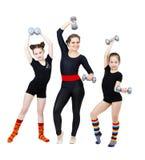 Adelgace el instructor de sexo femenino de la aptitud y a dos gimnastas de las muchachas Fotografía de archivo