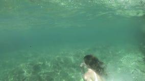 Adelgace el salto en el mar, tiro subacuático de la mujer joven almacen de metraje de vídeo